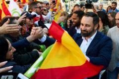 Santiago Abascal saluda a seguidores de Vox en el acto de Barcelona.