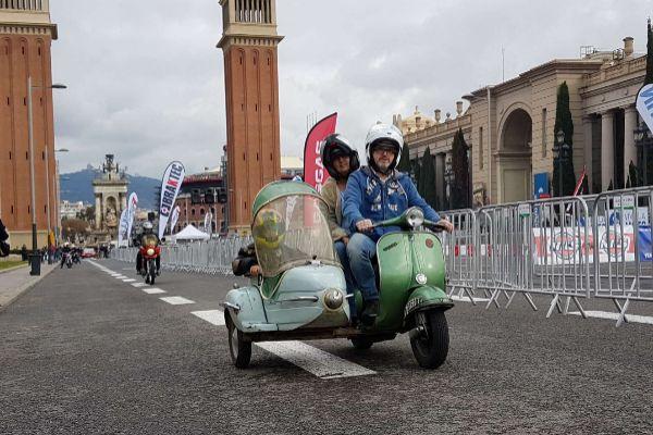 Una familia monta una moto con sidecar en los exteriores de la anterior edición de Vive la Moto.