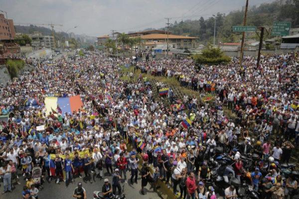 Cientos de personas escuchan un discurso del presidente encargado Juan Guaidó en San Antonio de los Altos (Venezuela).