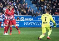 Griezmann felicita a Morata por su gol en Mendizorroza.