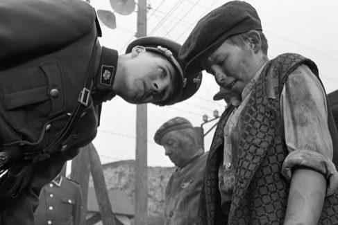 El oficial de las SS Amon Göth, interpretado por Ralph Fiennes (en la izquierda de la imagen), en 'La lista de Schindler'.