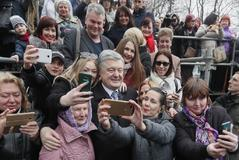 KIV01. Kiev (Ukraine).- Ukrainian President Petro Poroshenko poses for felfie with Ukrainians after the mass praying for fair elections in Kiev, Ukraine, 30 March 2019. Presidential elections will take place in Ukraine on 31 March 2019. (Elecciones, <HIT>Ucrania</HIT>) EPA/