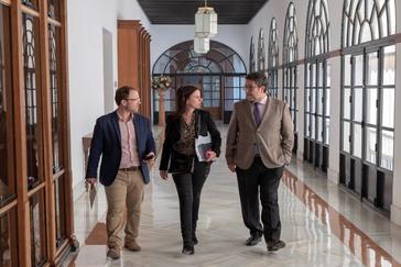 Francisco Serrano, junto a los parlamentaria del PP Erik Domínguez y Ana Vanessa García.
