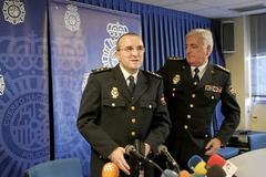 El comisario Jesús Gómez Palacios, junto al ex jefe superior Enrique Álvarez Riestra.