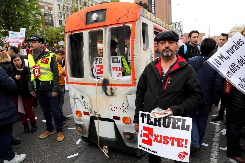 Miembros de la plataforma 'Teruel Existe' en la manifestación para...