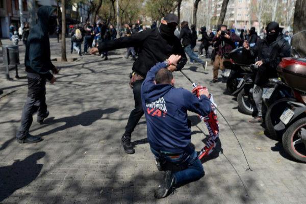 Un radical golpea a un asistente al mitin de Abascal en Barcelona.