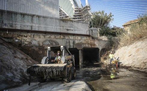 Unos operarios sacan material del colector norte de Valencia, donde en 2017 hubo un tapón de un kilómetro por el vertido de toallitas húmedas.
