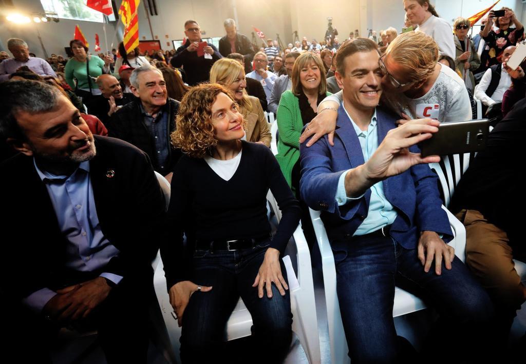 Una mujer besa a Pedro Sánchez durante el acto del PSC en Tarragona.