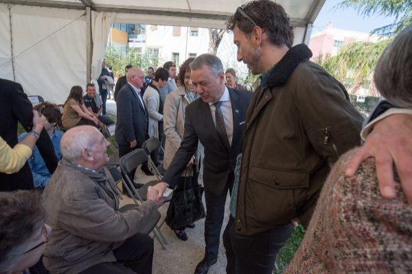 El lehendakari saluda a uno de los supervivientes del bombardeo.