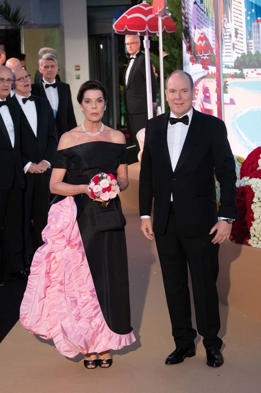 Carolina ha elegido un vestido negro off-shoulder con un gran...