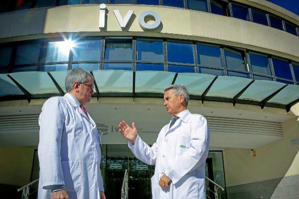 Rafael Estevan, jefe del Servicio de Cirugía General y Digestiva del IVO,  y Carlos Fernández- Martos, jefe de la unidad de Oncología Gastrointestinal.