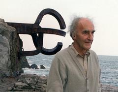 Eduardo Chillida delante de 'El peine de los vientos' en 1996.