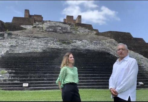 """Fotograma de un vídeo publicado en Twitter por López Obrador, visitando con su mujer las pirámides de Comalcalco. """"Vamos a Centla a conmemorar 500 años de la batalla de los españoles contra la resistencia de los mayas-chontales"""", escribió"""