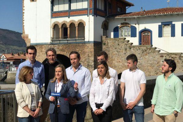 La dirigente del PP, Amaya Fernández, en Getxo junto a otros candidatos,