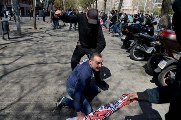 Un independentista golpe a un seguidor de Vox, ayer, en Barcelona