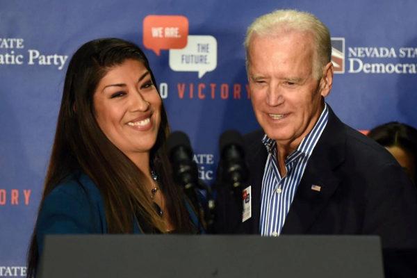 Lucy Flores, junto a Joe Biden, en una imagen de 2014.