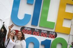Dos mujeres se fotografían durante la 8ª edición del congreso de la Lengua Española, en Córdoba (Argentina).