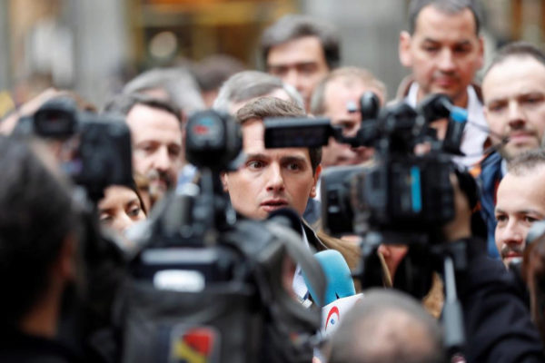 Albert Rivera, rodeado de cámaras, ayer, en la marcha de la España rural.