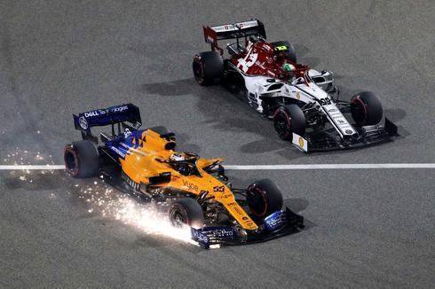 Giovinazzi supera a Sainz, con el alerón delantero dañado.