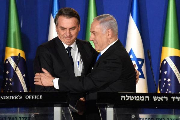 El presidente brasileño Jair Bolsonaro y el primer ministro israelí, Benjamin <HIT>Netanyahu, se abrazan durante la rueda de prensa conjunta en Jerusalén.