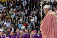 El Papa Francisco da una misa en el Estadio Deportivo Príncipe Moulay Abdellah de Rabat.