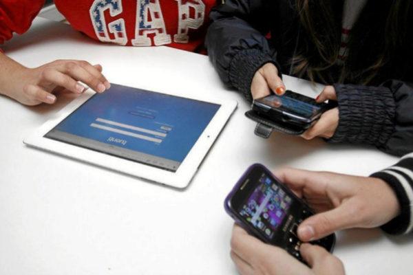 Jóvenes usando sus móviles y tabletas.