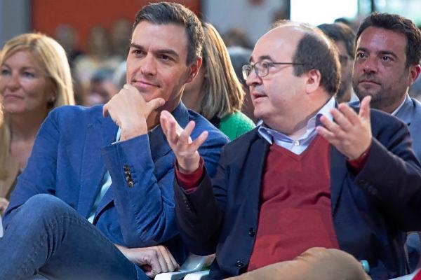 Pedro Sánchez escucha a Miquel Iceta en un acto de precampaña en Tarragona.