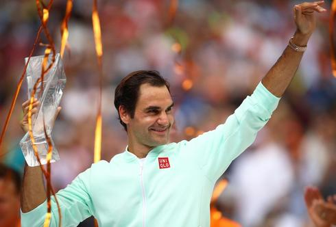 Federer, con el trofeo de campeón, en Miami.