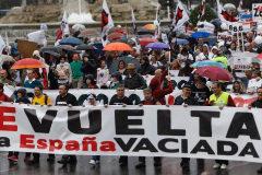 Asistentes a la manifestación, a su paso por la plaza de Cibeles.