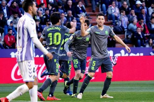Los jugadores de la Real felicitan a Oyarzabal tras su gol.