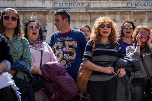 Varias personas se concentran frente al Ayuntamiento de Castellón de la Plana en repulsa por la agresión a una menor en las Fiestas de la Magdalena.