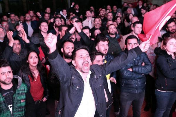 Simpatizantes del Partido Popular Republicano (CHP) celebran la victoria en Ankara.