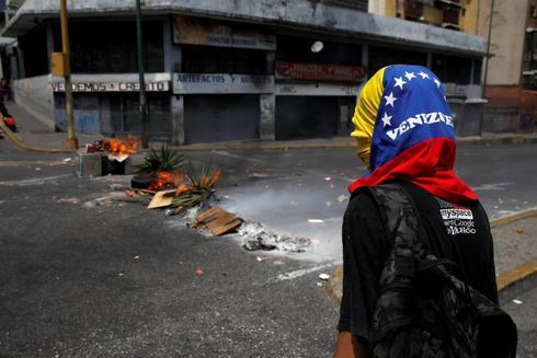 Uno de los protestantes contra el colapso eléctrico que exige la renuncia de Nicolás Maduro.