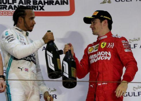 Hamilton y Leclerc, en el podio de Sakhir.