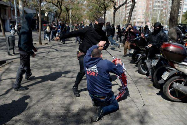 Un joven de los grupos radicales agrediendo a un manifestante de Vox, el sábado en Barcelona.
