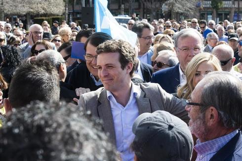 Pablo Casado saluda a simpatizantes en León este domingo.