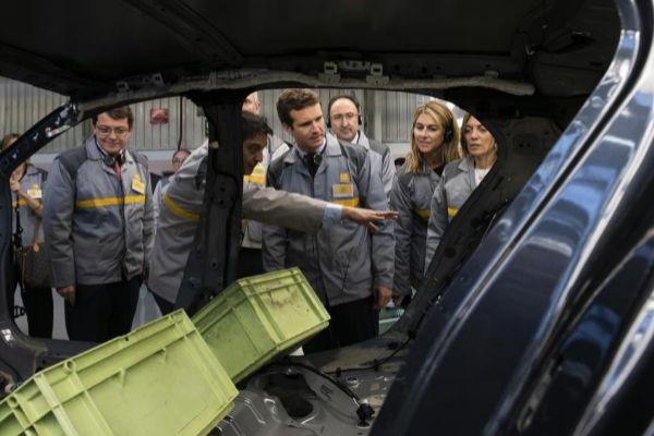 Pablo Casado, durante su visita a la planta de Renault en Palencia.