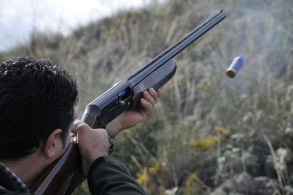 Un cazador dispara a una pieza.