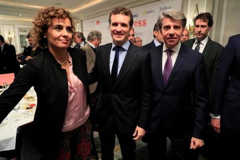 Pablo Casado, con Dolors Montserrat y Ángel Garrido este lunes en Madrid.