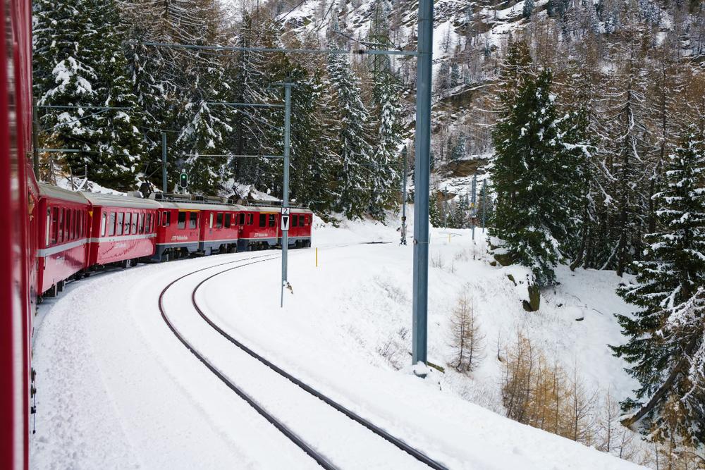 """El <a href=""""http://trenino-rosso-bernina.it"""" target=""""_blank"""">Bernina Express</a> es una buena opción para admirar los parajes de montaña situados en la frontera entre <strong>Italia y Suiza.</strong> Este viaje sobre raíles sale desde la localidad de Tirano, en la provincia de Sondrio (Lombardía) y llega a St Moritz, en los Alpes suizos. Montañas, bosques, lagos, glaciares... el célebre tren rojo italiano recorre el paso de Bernina, a 2.253 metros de altitud, superando amplios cañones y pendientes escarpadas. Con más de un siglo de historia, el<em> Bernina Express </em>fue declarado Patrimonio Mundial de la Humanidad por la Unesco en 2008. El recorrido, de 60 kilometros de longitud, se puede hacer todos los meses del año. Precio: desde<strong> 68 euros</strong> ida y vuelta."""