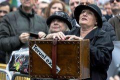 Una mujer con una maleta y la pegatina de Teruel existe, en la manifestación de Madrid.