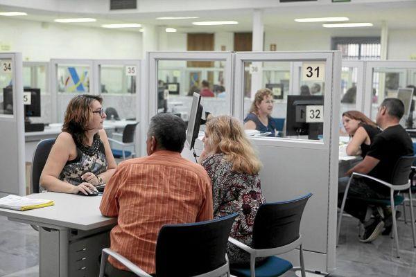 Una pareja hace la Declaración de la Renta en una oficina