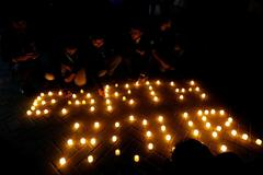 Ciudadanos encienden luces durante la<strong> Hora del Planeta en Karachi, Pakistán.</strong>