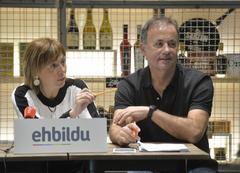 Los candidatos de Bildu, Miren Larrion y Kike Fernández de Pinedo.