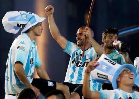 López, en el centro de la imagen, durante los festejos de Racing.