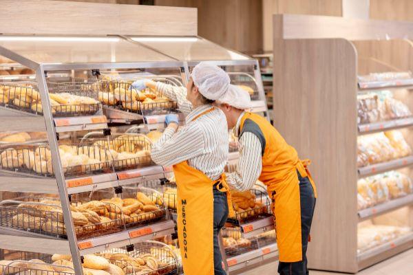 Dos empleadas de Mercadona en la nueva secció de panadería en una de las tiendas que han adaptado ya el nuevo modelo de eficiencia.