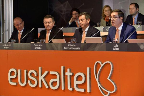 Alberto Gracía Erauzkin (d), presidente de Euskaltel, interviene ante la Junta.