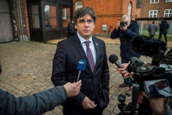 Puigdemont a las puertas de la prisión de Neumünster tras hacer una donación a la biblioteca de la institución