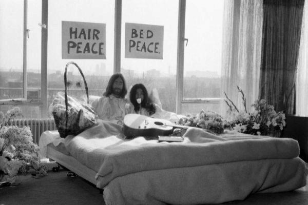 John Lennon y su mujer Yoko Ono en la cama en el hotel Hilton de Amsterdam.