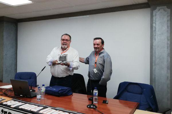 El nuevo presidente, a la derecha, junto con Ramón López, quien deja el cargo y a quien homenajeó la Asamblea.